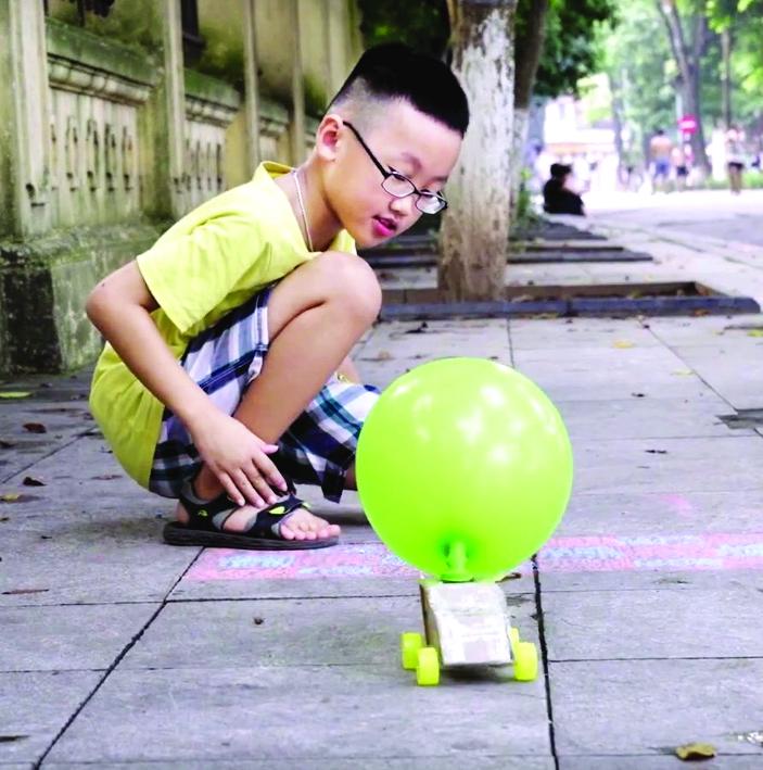 Mẹ hướng dẫn bé thiết kế  đồ chơi vừa giúp trẻ xa rời  màn hình ti vi, vừa giúp trẻ  học hiểu kiến thức, rèn kỹ năng