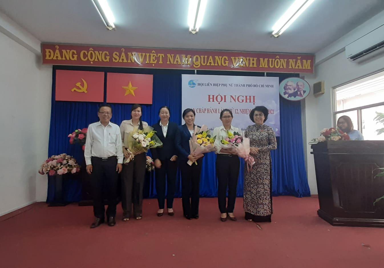 Bà Nguyễn Trần Phượng Trân giữa - Tân Chủ tịch Hội LHPN TP.HCM cùng 2 ủy viên BCH mới nhận hoa chúc mừng từ lãnh đạo UBMTTQ VN TP.HCM và Ban Dân vận Thành ủy TP.HCM
