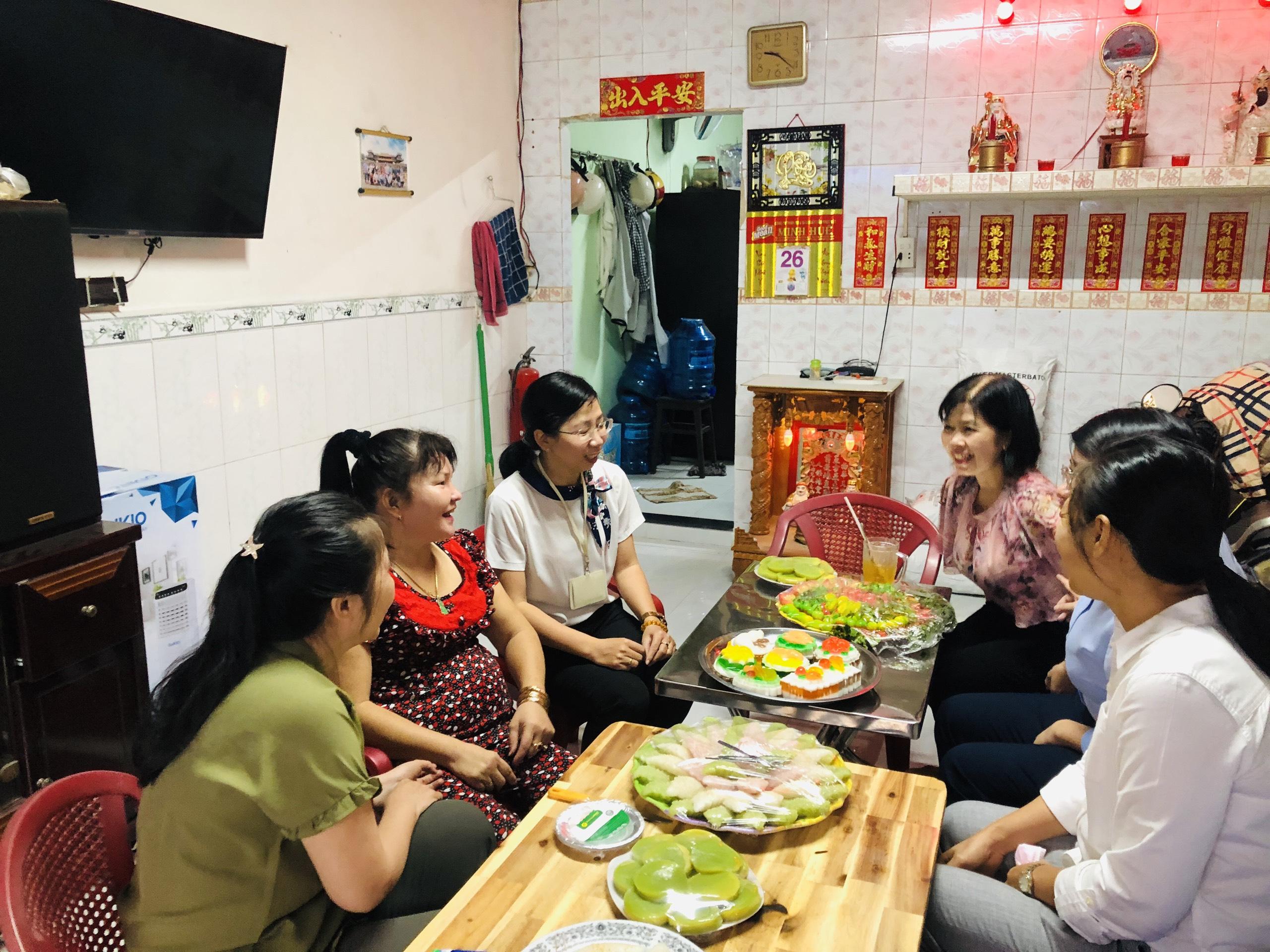 Chị Liên (thứ 2, từ trái qua) chia sẻ với đoàn về công việc hàng ngày và niềm vui khi được theo đuổi đam mê làm bánh.