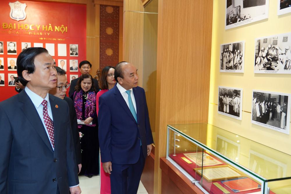 Thủ tướng thăm Phòng Truyền thống của Đại học Y Hà Nội. Ảnh: VGP/Quang Hiếu