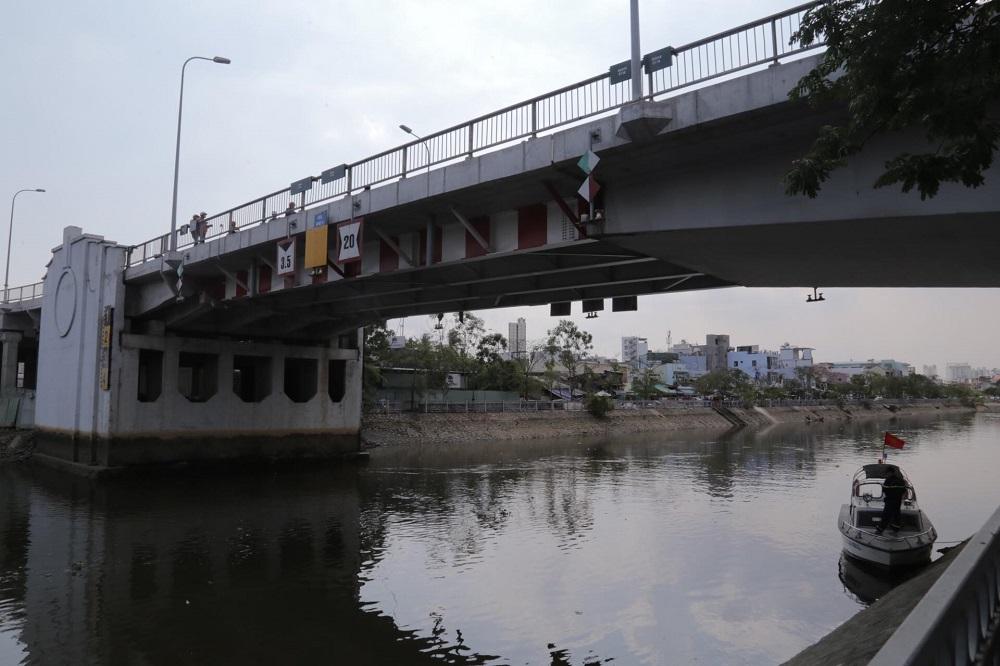 Đoạn kênh dưới chân cầu Chữ Y nơi đôi nam nữ lao xuống tự tử
