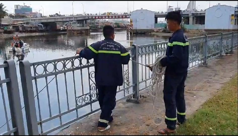 Người nhái đang lặn tìm hai nạn nhân mất tích