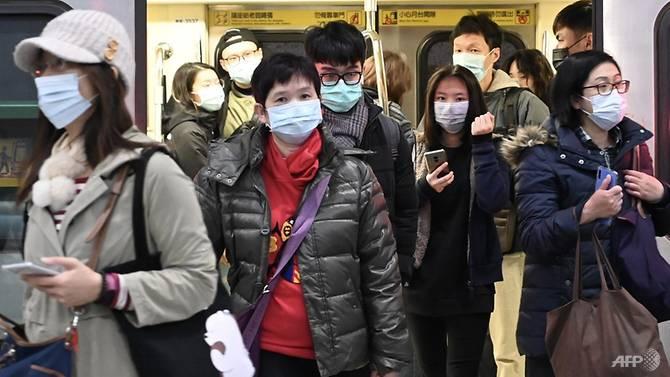 Hành khách đeo khẩu trang trên tàu điện ngầm ở Đài Bắc. Ảnh: AFP