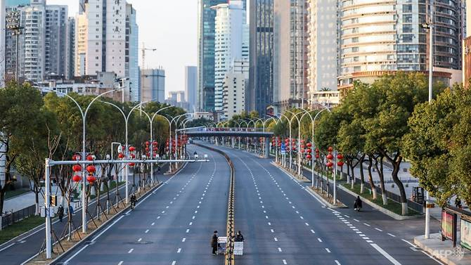 Đường phố Vũ Hán vắng lặng, chỉ có bóng dáng nhân viên giao hàng.