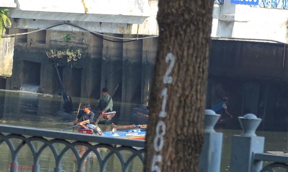 Nhiều đối tượng dùng kích điện để tận diệt cá trên kênh Nhiêu Lộc - Thị Nghè. Ảnh: Trung Thanh