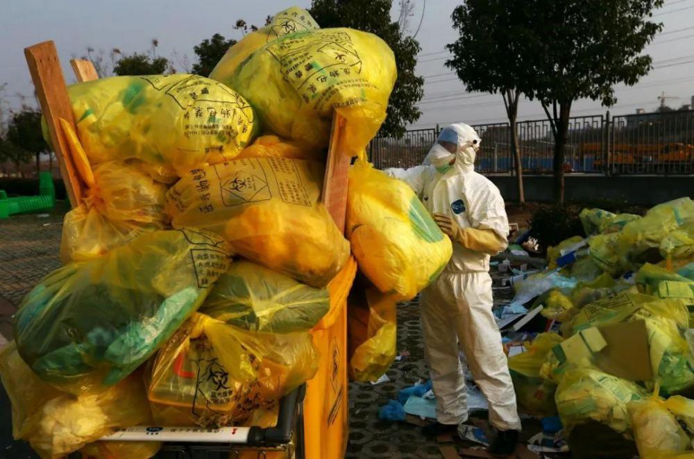 Tại các bệnh viện tuyến đầu ở Vũ Hán, Hồ Bắc (trung tâm vùng dịch), mỗi ngày các nhân viên hậu cần đều phải thu dọn và xử lý hàng trăm thùng chất thải y tế, chờ đợi chúng được vận chuyển đi tiêu hủy. Tính đến sáng 27/2, thành phố Vũ Hán có 2.104 người chết và 47.824 người nhiễm bệnh.