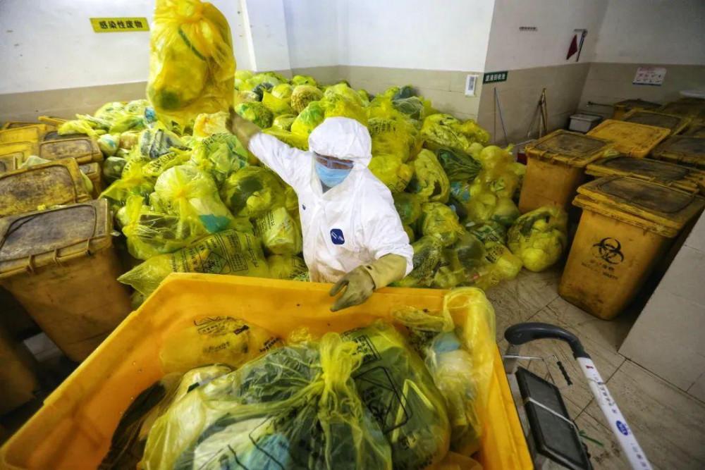 Đằng sau khối lượng bệnh nhân khổng lồ là vô số chất thải y tế truyền nhiễm cùng các chất thải sinh hoạt bị ô nhiễm ở nhiều mức độ khác nhau. Theo các nhân viên chia sẻ họ phải làm việc cả ngày bởi tình trạng thiếu nhân lực trầm trọng