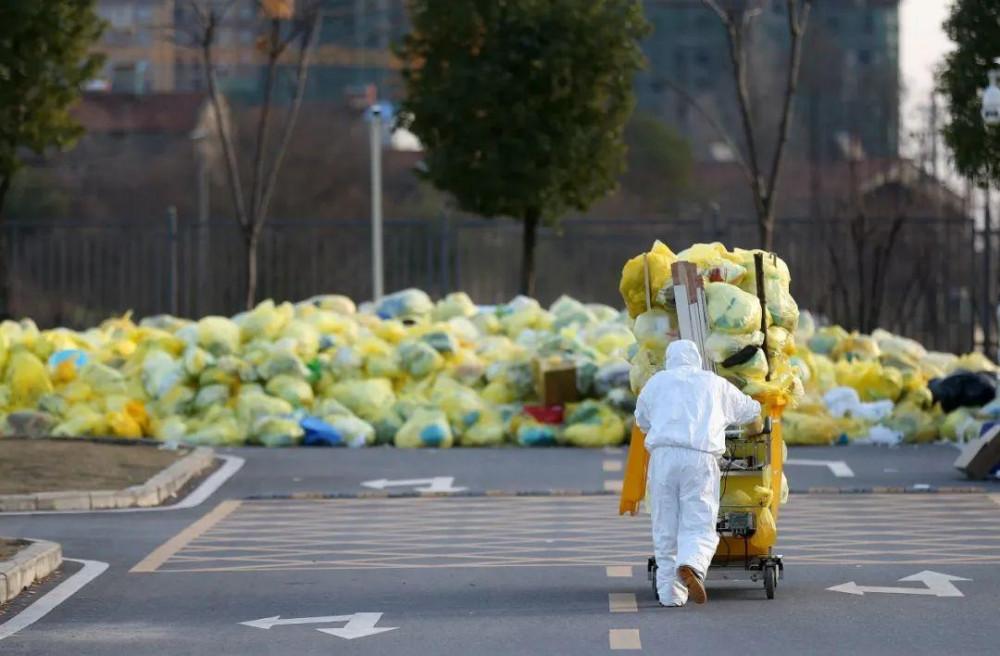 Với sự bùng phát dịch bất ngờ, khối lượng chất thải tăng đột biến khiến nhiều kho chứa chất thải y tế của bệnh viện được lấp đầy và phải vận chuyển ra ngoài trời. Các bệnh viện ở Vũ Hán đa phần đều phải nhường một khoảng không gian ngoài trời thành chỗ để rác thải tạm thời.