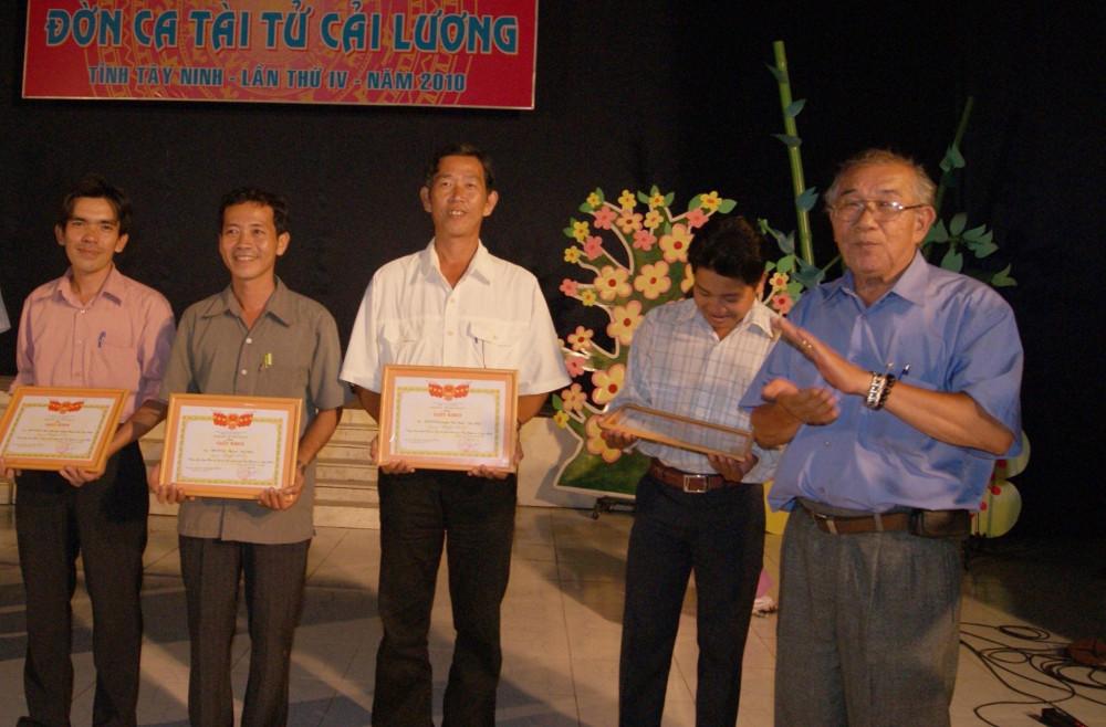 Soạn giả Thanh Hiền (bìa phải) trao giải thưởng cho các cá nhân tại Liên hoan đờn ca tài tử tỉnh Tây Ninh năm 2010