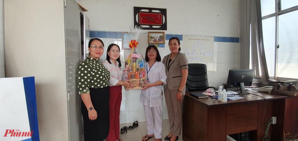 Hội LHPN quận Gò Vấp đến thăm và chúc mừng Ngày Thầy thuốc Việt Nam tại các cơ sở y tế trên địa bàn quận.
