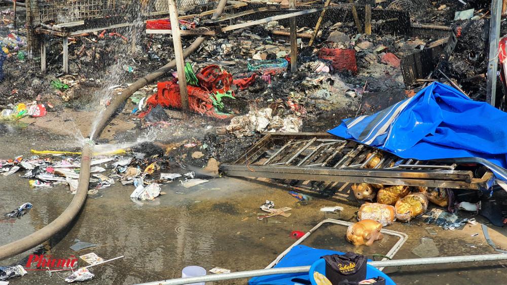 Hàng hóa bị cháy nham nhở