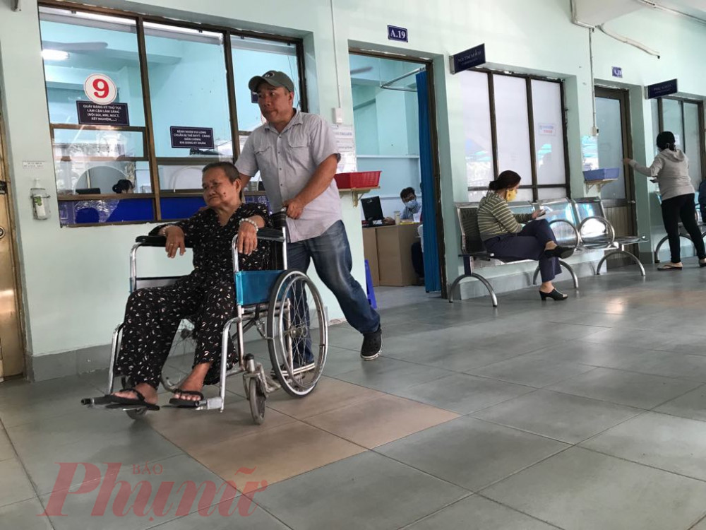 Bệnh nhân đến khám bảo hiểm y tế tại Bệnh viện Nguyễn Tri Phương