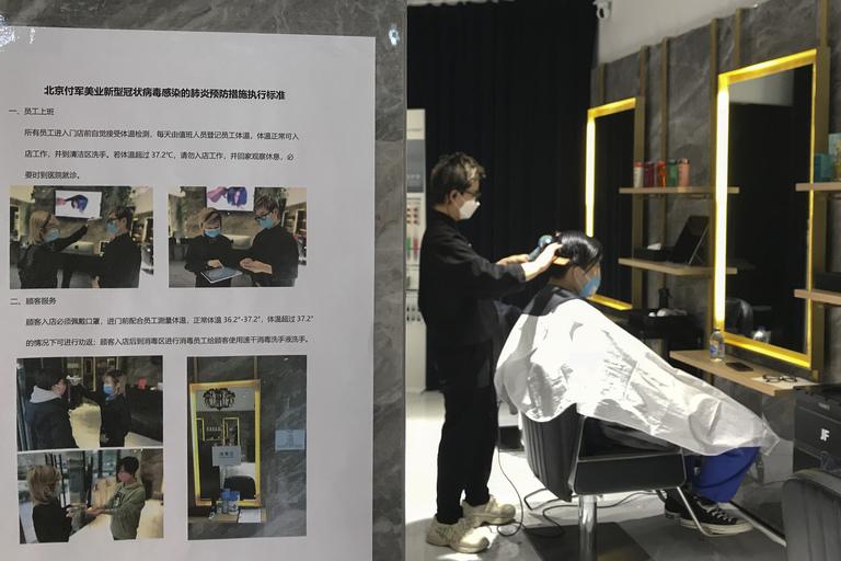Các quy định nghiêm ngặt về phòng chống dịch tại các tiệm tóc ít ỏi hoạt động giữa màu dịch.