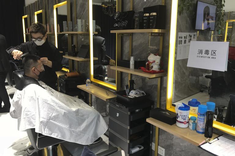 Chỉ 130 trong số 20.000 tiệm cắt tóc ở Bắc Kinh hoạt động trở lại.