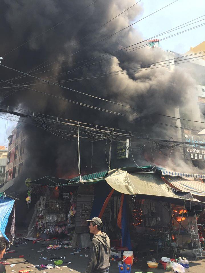 Hiện trường vụ cháy lớn bên trong chợ Hạnh Thông Tây
