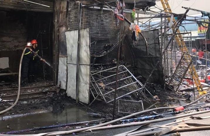 Đám cháy được khống chế nhưng nhiều tài sản bị thiệu rụi, cháy đen