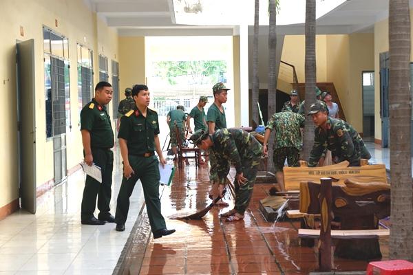 Binh sỹ thuộc Bộ chỉ huy quân sự TP.Đà Nẵng đang dọn vệ sinh khu cách ly tại Trung tâm huấn luyện, bồi dưỡng kiến thức quốc phòng, an ninh thành phố