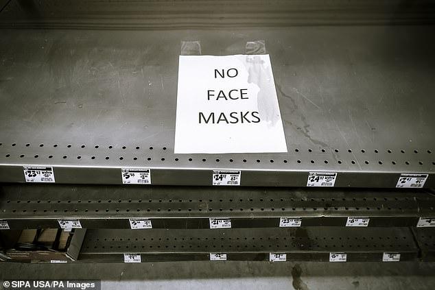 Một cửa hàng tại New York treo biển hết khẩu trang hôm 27/2.