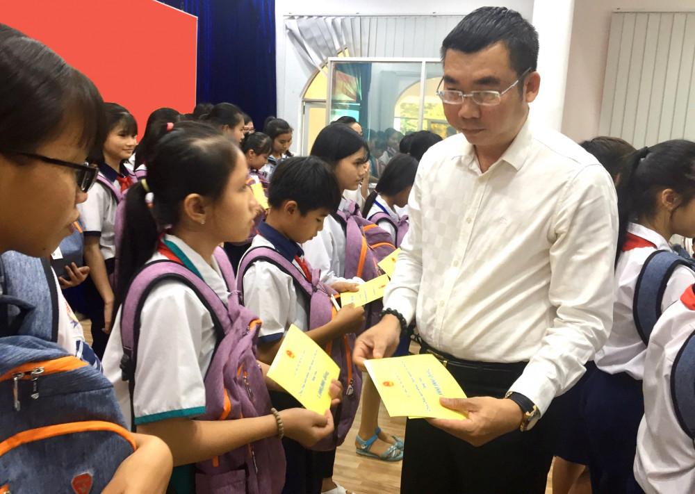 Đại diện ngân hàng HDBank, ông Ngô Thanh Sơn- Giám đốc chi nhánh trao học bổng cho trẻ em nghèo hiếu học tại tỉnh Cà Mau. Ảnh: HDBank