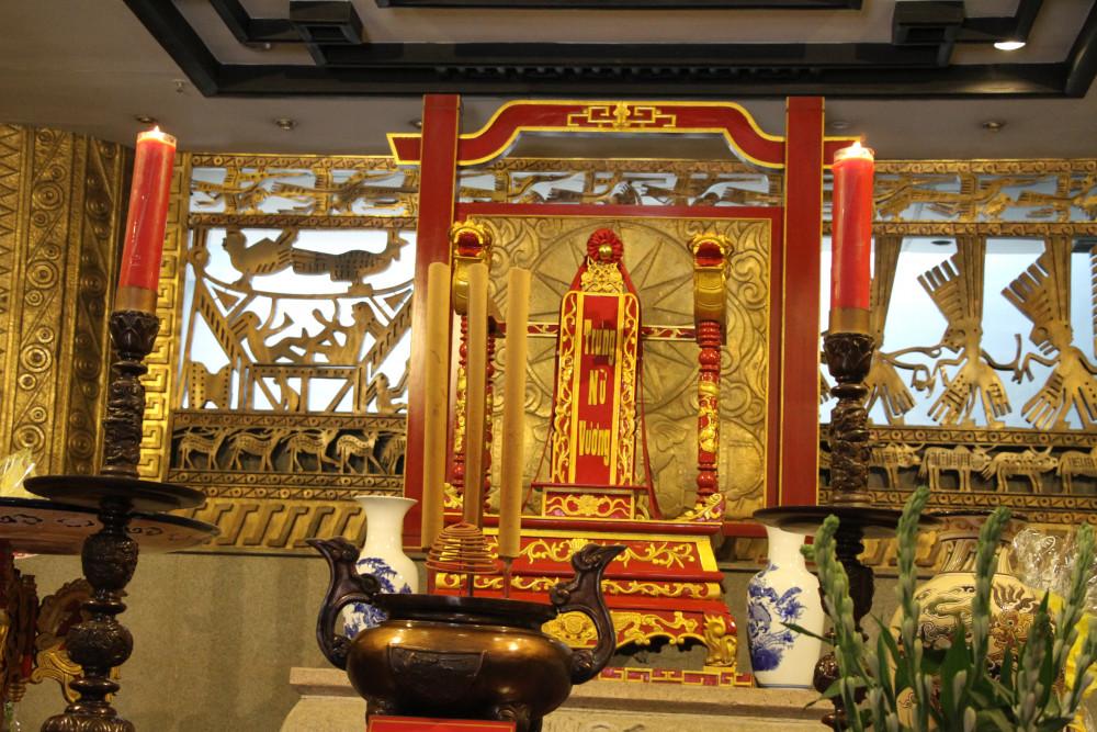 Đoàn dâng hương lên điện thờ Hai Bà Trưng