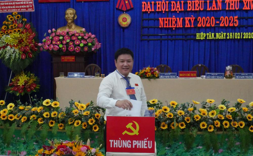 Ông Phan Minh Thắng - Bí thư phường Hiệp Tân bỏ phiếu bầu Ban chấp hành Đảng bộ phường nhiệm kỳ mới 2020-2025.