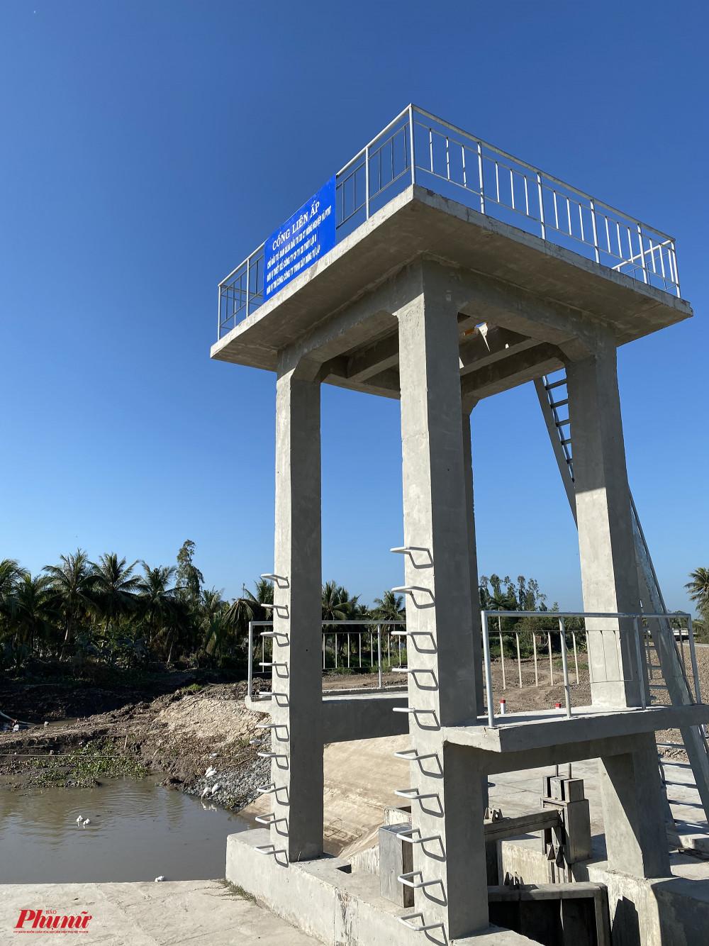 Các cửa cống, đập được đóng liên tục để ngăn nước mặn tràn vào. Trong cống chỉ còn sót lại một ít nước ngọt để khoảng chục hộ dân sử dụng.