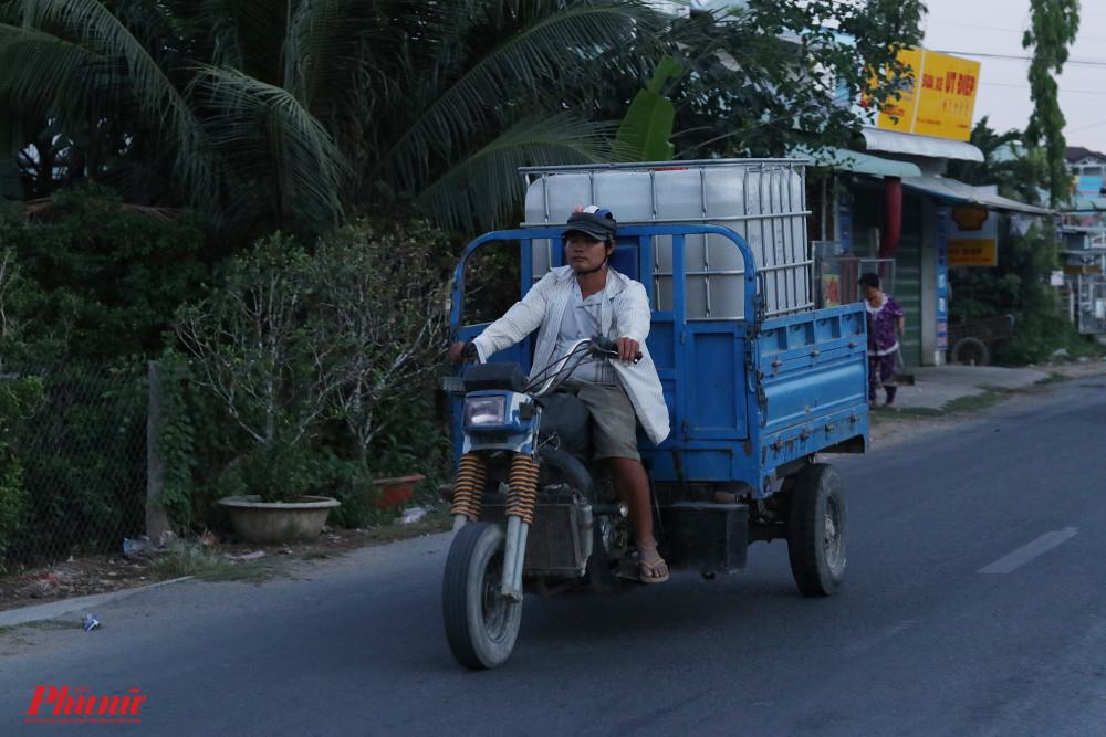 Gia đình nào có phương tiện sẽ tự đi chở nước. Càng về chiều tối, xe cộ ngược xuôi chở nước càng nhộn nhịp.