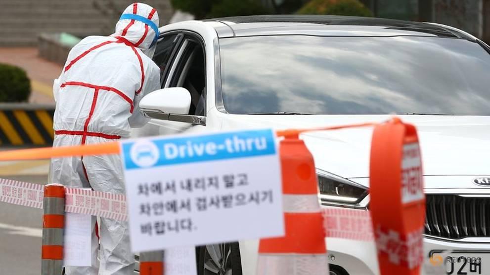 Chính quyền địa phương và các bệnh viện phối hợp thử nghiệm mô hình xét nghiệm ngay trên xe để giảm thiểu thời gian và nguy cơ cho đội ngũ y tế.