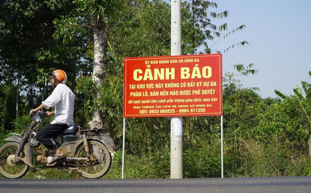 UBND xã Bình Ba cắm biển cảnh báo người dân về dự án ma trên địa bàn
