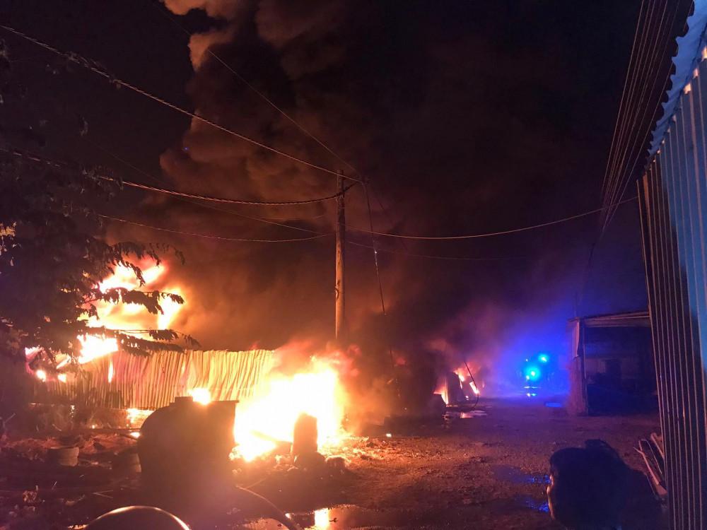 Đám cháy nhanh chóng bao trùm cả nhà kho của vựa phế liệu
