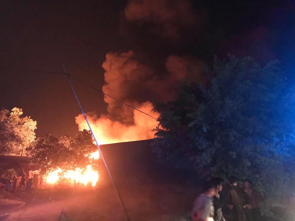 Một số nhà dân sát bị bị ngọn lửa đe doạ