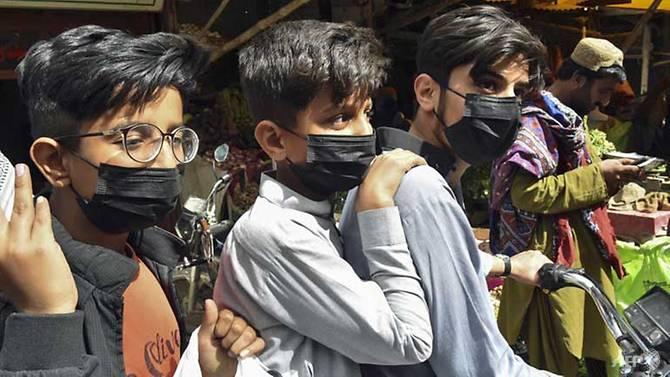 Nỗi lo dịch bệnh đã lan đến Pakistan, khi người dân bắt đầu tự giác đeo khẩu trang để bảo vệ bản thân.