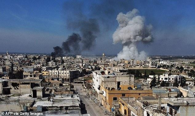 Khói đen bốc lên từ thị trấn Saraqib ở phía đông của tỉnh Idlib.