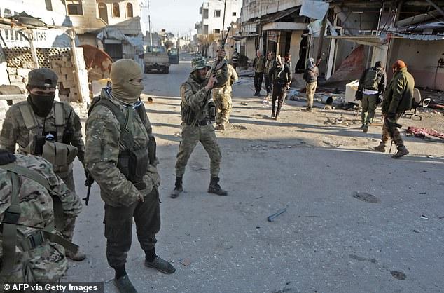 Các chiến binh Syria do Thổ Nhĩ Kỳ hậu thuẫn tại thị trấn Saraqib ở phía đông của tỉnh Idlib