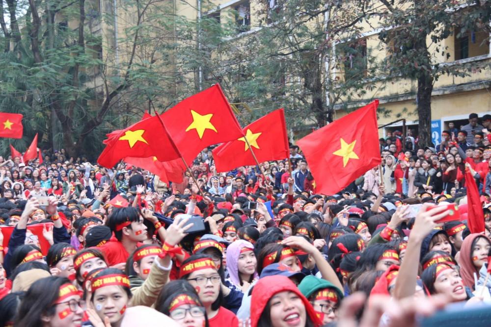 Lá cờ Tổ quốc luôn sẵn trong tim mỗi người dân Việt, trong những ngày lễ lớn, trong những lúc mừng vui vì chiến thắng của đội bóng nước nhà