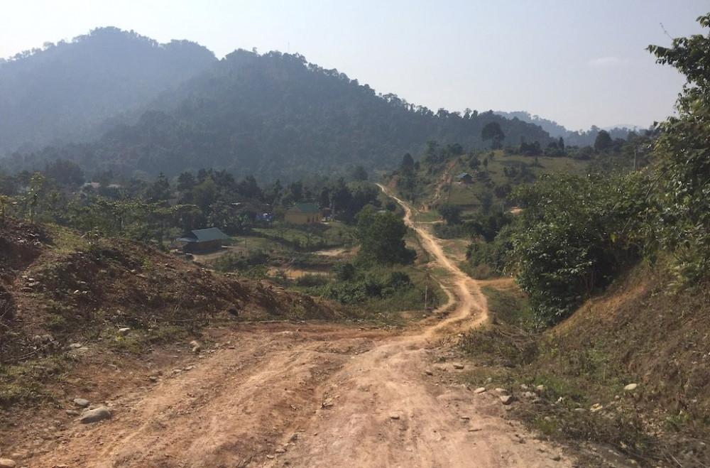 Con đường dốc dựng đứng giữa đại ngàn dẫn vào nơi người Đan Lai sinh sống