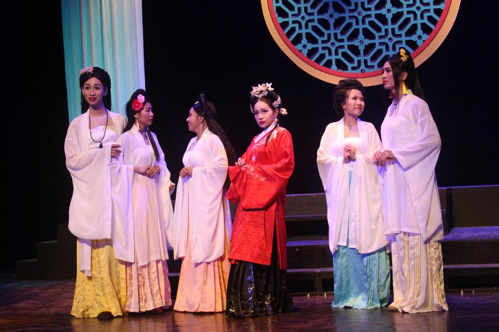 BB Trần (thứ 2 từ trái sang) trong vở Cuộc chiến sắc đẹp
