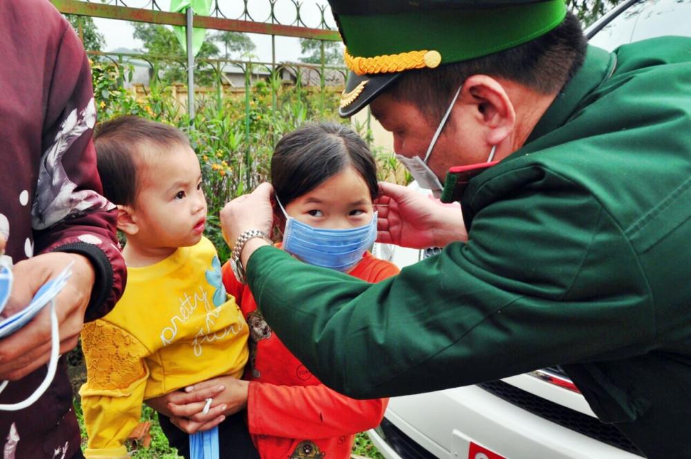 Trẻ em ở biên giới lần đầu tiên thấy chú bộ đội biên phòng phát khẩu trang