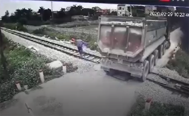 Anh Kiên vội chạy ra tín hiệu cho đoàn tàu dừng để cứu chiếc xe tải đang mắc kẹt