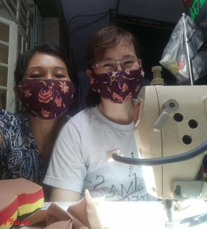 Các chị tranh thủ thời gian nhàn rỗi may khẩu trang vải.