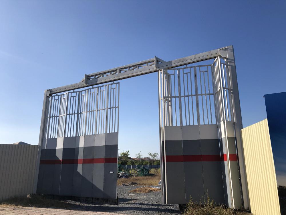 Dự án West gate ngoài cổng rào hoành tráng và hàng rào tôn xung quanh, bên trong dự án không có gì
