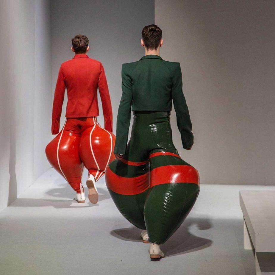 Bên cạnh những lời khen ngợi độc đáo thì phần lớn khán giả cho rằng mẫu thiết kế kì quặc, không có tính ứng dụng thậm chí còn liên tưởng đến bộ phận nhạy cảm của nam giới (tinh hoàn). Tuy nhiên, không thể phủ nhận mức độ thu hút của các mẫu thiết kế trong giới thời trang.