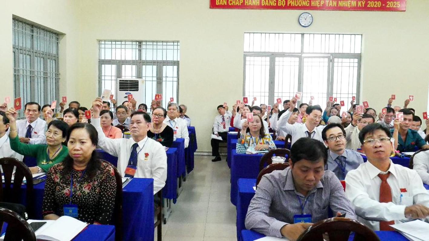 Các đảng viên biểu quyết tại đại hội ở P.Hiệp Tân, Q.Tân Phú