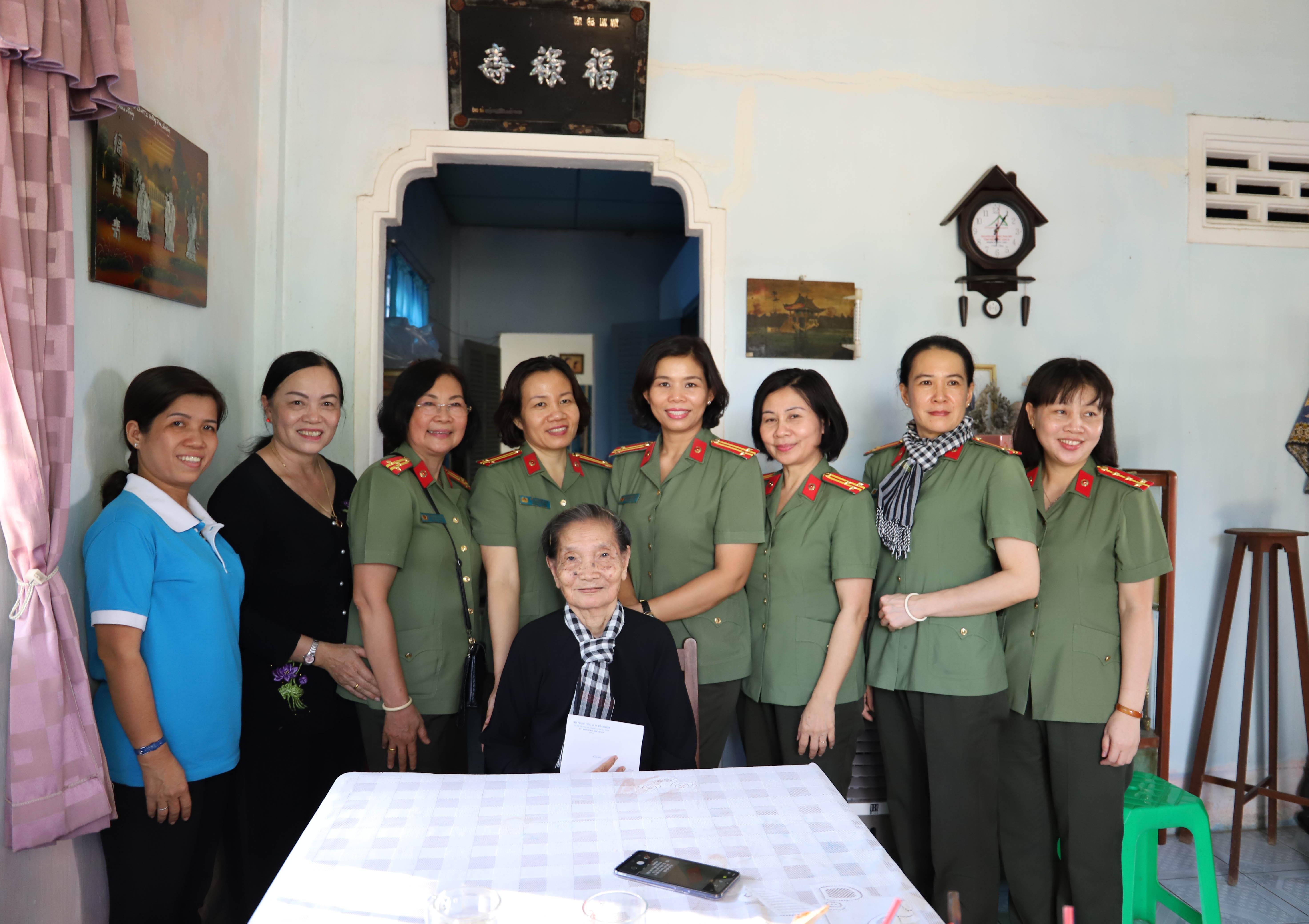 Đoàn ghé nhà thăm dì Nguyễn Thị Khao, một trong những cánh chim đầu đàn của Đội quân tóc dài năm xưa.