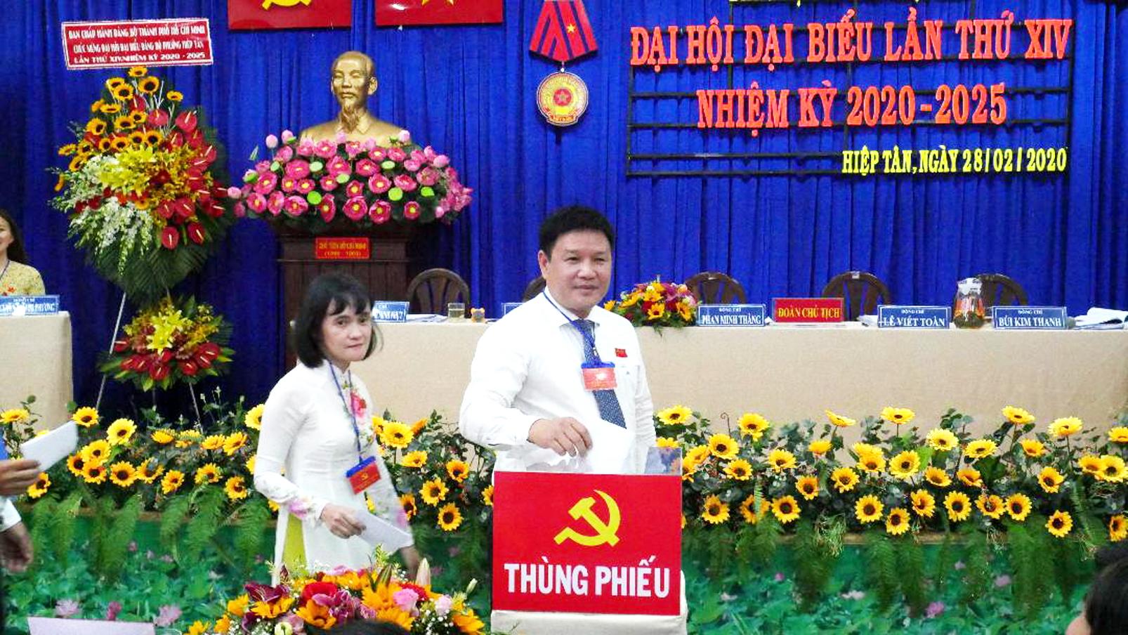 Ông Phan Minh Thắng - Bí thư P.Hiệp Tân, Q.Tân Phú bỏ phiếu bầu Ban chấp hành Đảng bộ phường nhiệm kỳ mới 2020-2025
