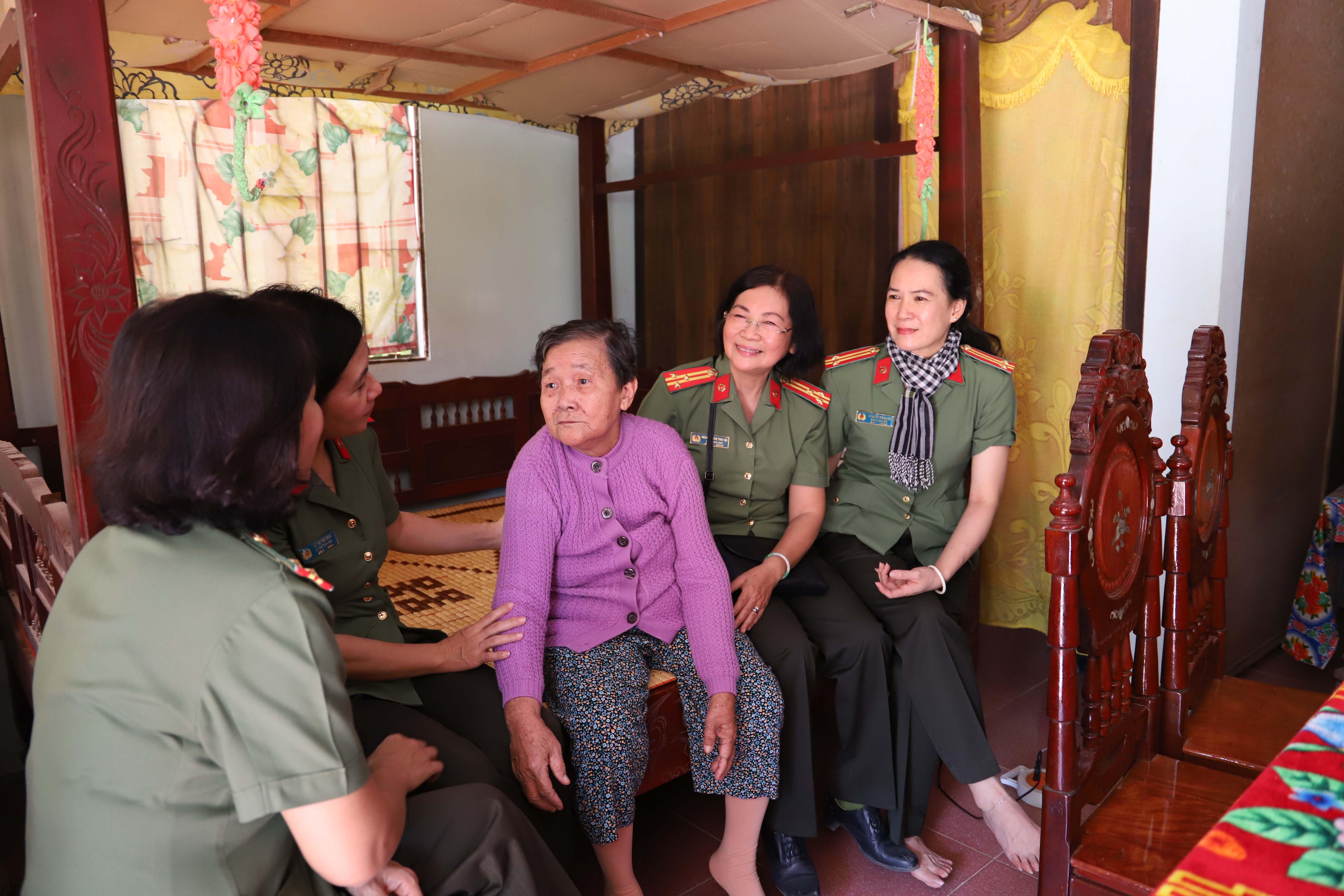 Dì Huỳnh Thị Cúc kể lại những năm tham gia Đội quân tóc dài, bị địch bắt, tra tấn nhiều lần.