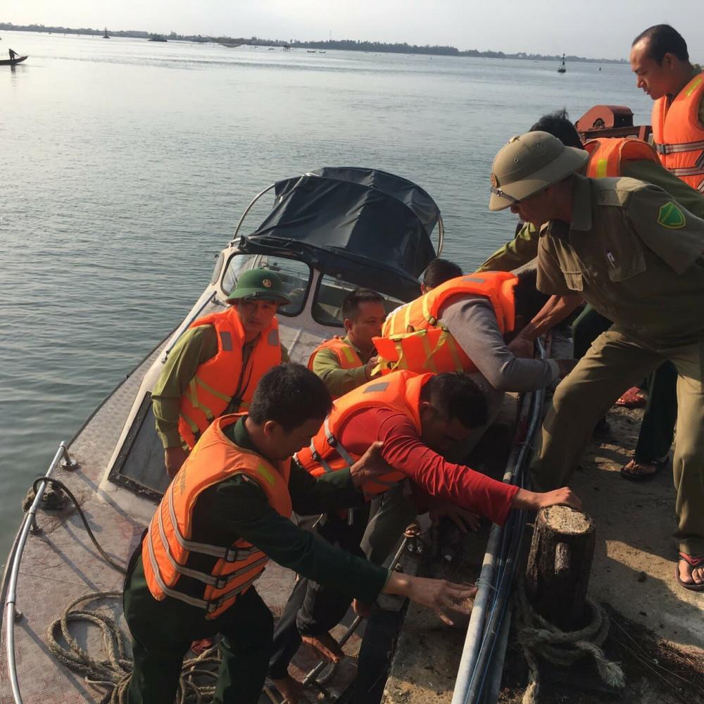 Nhanh chóng đưa ngư dân vào bờ để kiểm tra sức khỏe