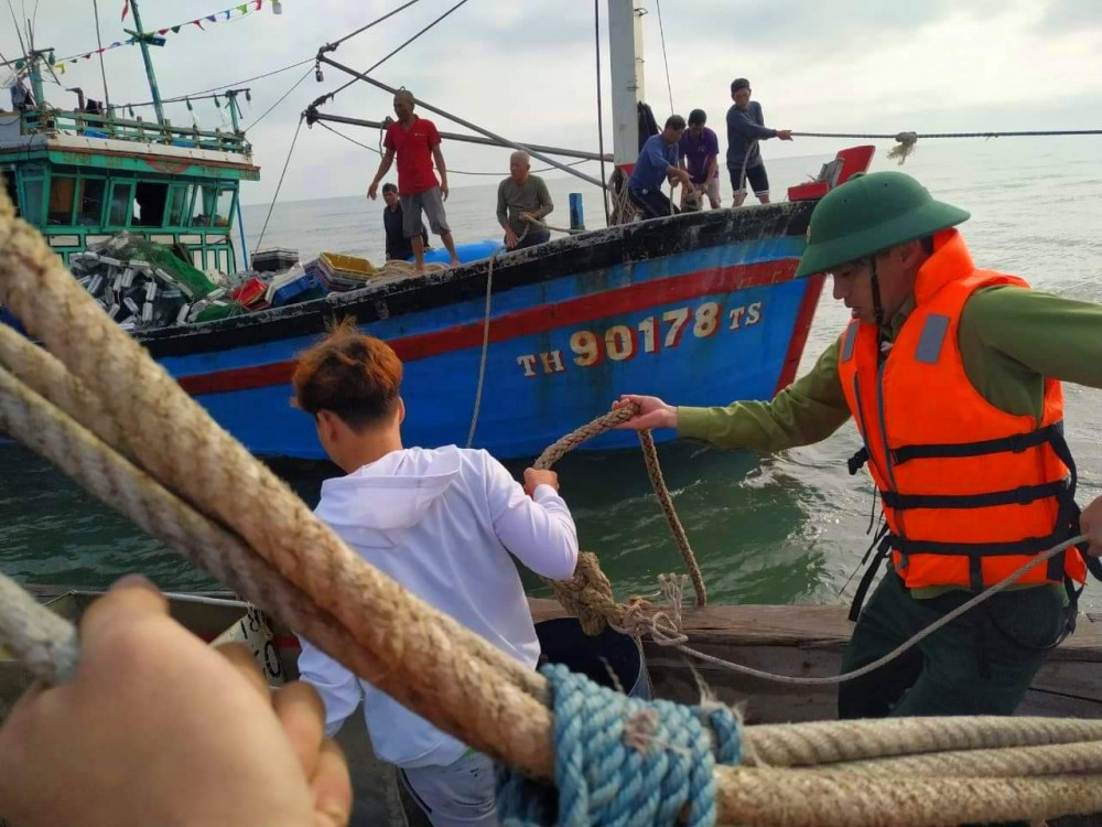 Bộ đội Bên Phòng Cửa khẩu cảng Thuận An phối hợp với tàu  cá của ngư dân kịp thời cứu người