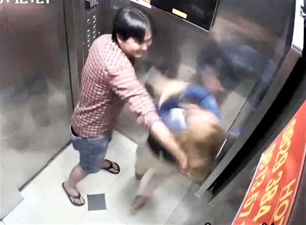 Ông T.H.H. đánh chị P.T.N.T. trong thang máy chung cư Trung Đông tối 25/2 (ảnh cắt từ camera)