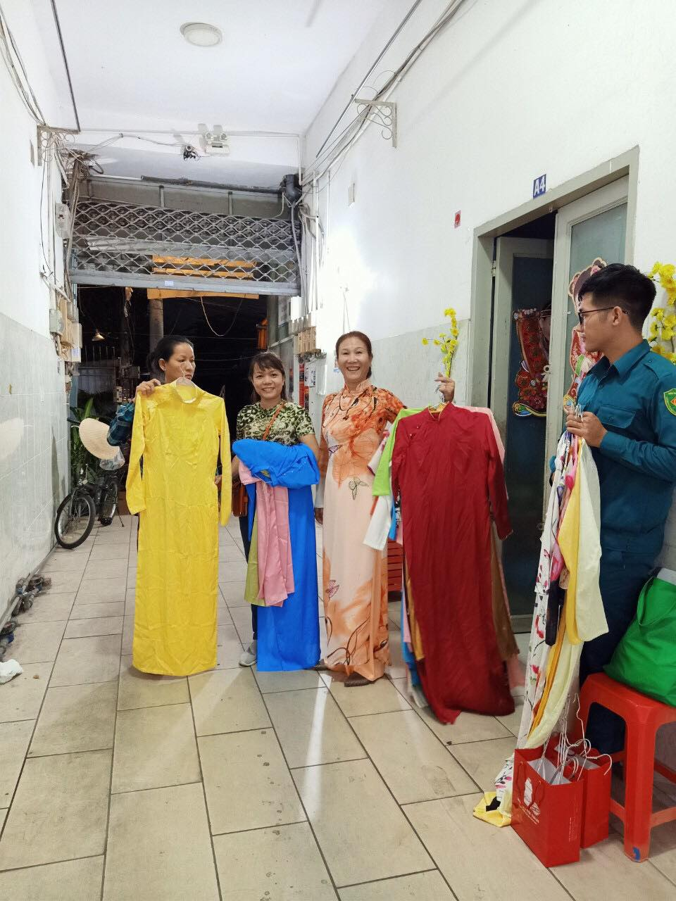 Những bộ áo dài được Hội LHPN phường Bình An, quận 2 mang tới các khu nhà trọ tặng chị em công nhân.